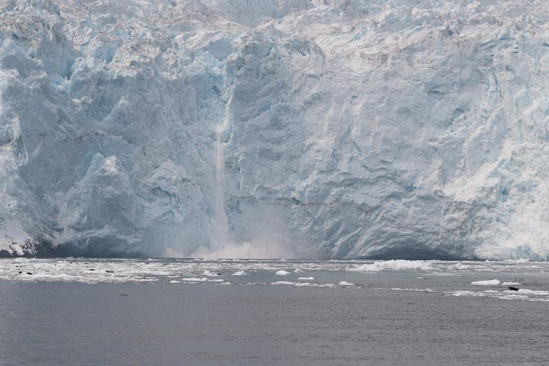 Ice fall on glacier into ocean